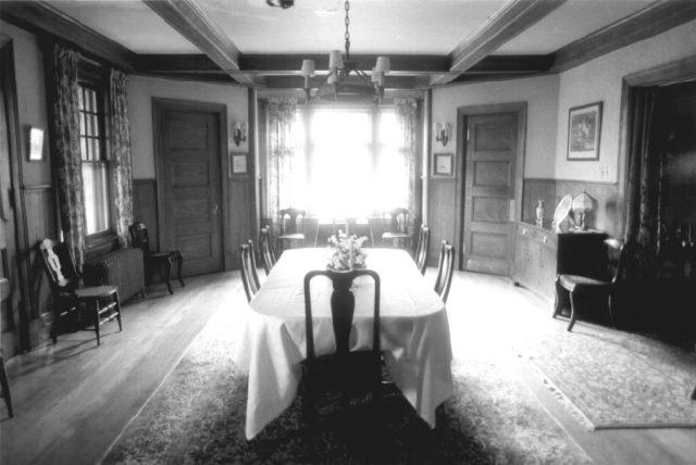 hearthstone-dining-room-with-minimalist-furniture