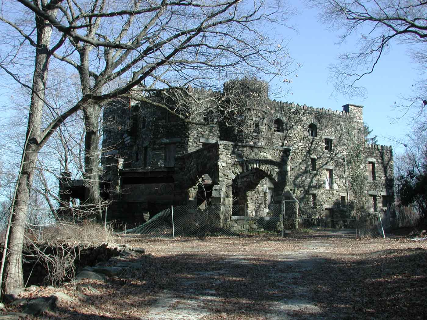 hearthstone-castle-seen-from-driveway-abandoned-boarded-up