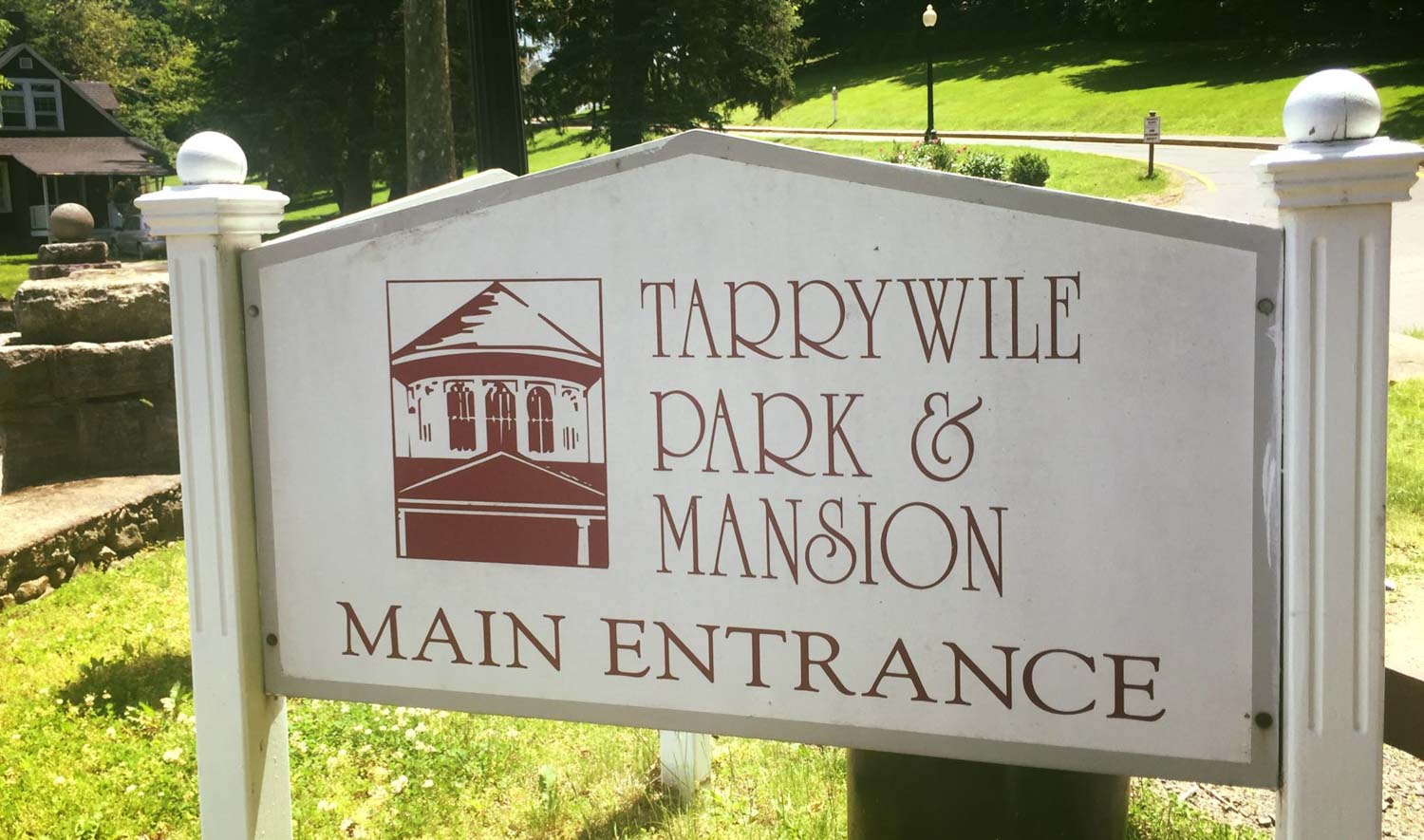 tarrywile park and mansion sign at front entrance