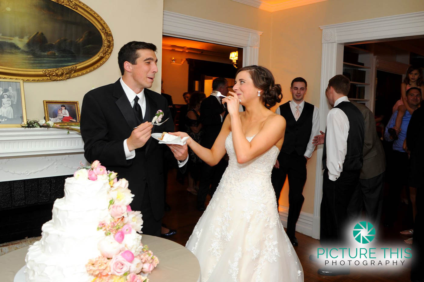 alunmi-bride-groom-laughing-sharing-cake