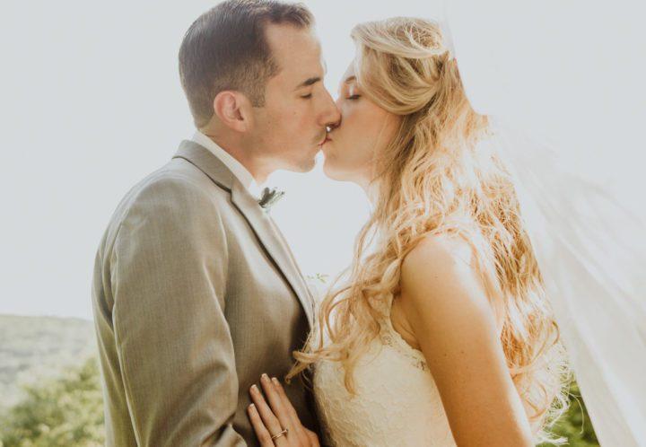jewish-wedding-reception-bride-and-groom-kissing-on-overlook
