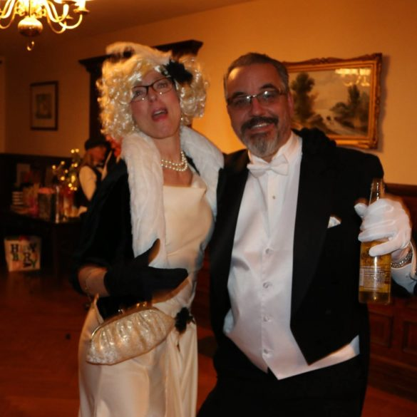 roaring-20s-couple-in-costume