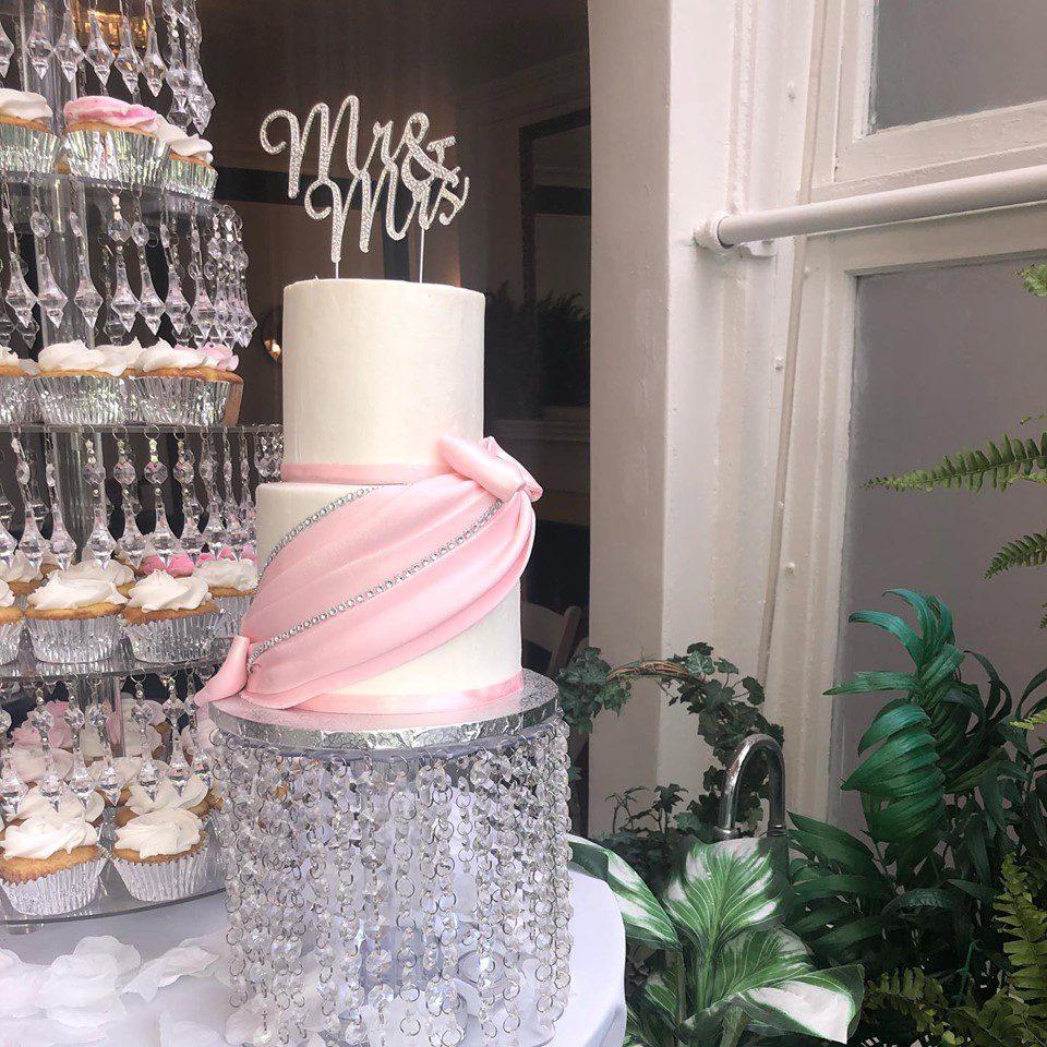 weekday-wedding-cake-with-cupcake-tower